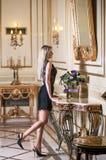 Junge schöne blonde Frau im Luxuxinnenraum Stockfotos