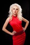 Junge, schöne, blonde Frau im roten Kleid Stockfoto