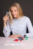 Junge schöne blonde Frau mit dem Glas Champagner Stoß spielend Lizenzfreie Stockbilder