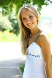 Junge schöne blonde Frau mit dem langen Haar Lizenzfreie Stockbilder