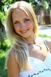 Junge schöne blonde Frau mit dem langen Haar Lizenzfreies Stockbild