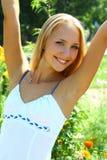 Junge schöne blonde Frau mit dem langen Haar Stockfoto