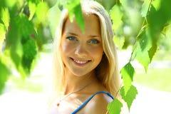 Junge schöne blonde Frau mit dem langen Haar Stockfotografie