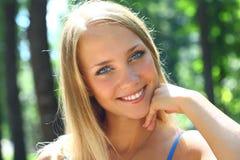 Junge schöne blonde Frau mit dem langen Haar Stockbild