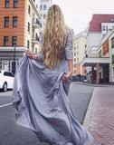 Junge schöne blonde Frau mit dem langen Haar Lizenzfreies Stockfoto