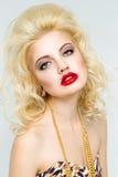 Junge schöne blonde Frau mit den roten Lippen Lizenzfreies Stockfoto