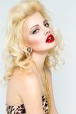 Junge schöne blonde Frau mit den roten Lippen Stockfotografie