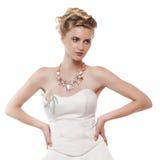 Junge schöne blonde Frau mit einer Hochzeitsfrisur Stockbild