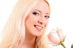 Junge schöne blonde Frau mit neuem Weiß stieg Stockfotos