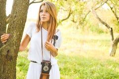 Junge schöne blonde Frau mit Retro- Kamera Lizenzfreie Stockfotografie