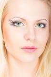 Junge schöne blonde Frau mit stilvoller Verfassung Stockfotografie
