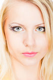 Junge schöne blonde Frau mit stilvoller Verfassung Stockfoto