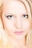 Junge schöne blonde Frau mit Verfassung Lizenzfreie Stockfotografie