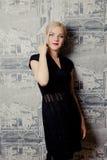 Junge schöne blonde Frauenaufstellung Stockfotografie
