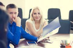 Junge schöne blonde Geschäftsfrau, die bedacht sein Col. hört Lizenzfreie Stockbilder