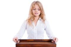 Junge schöne blonde Kellnerin mit dem Behälter, lokalisiert Lizenzfreie Stockbilder