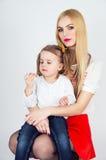 Junge schöne blonde Mutter und Kind Lizenzfreies Stockfoto