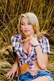 Junge schöne Blondine auf einem Gebiet des Kornes Lizenzfreies Stockfoto