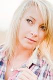 Junge schöne Blondine auf einem Gebiet des Kornes Lizenzfreie Stockfotografie