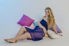 Junge schöne Blondine in einem hellen blauen Gewebe in einem Kleid Lizenzfreies Stockfoto