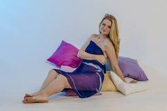 Junge schöne Blondine in einem hellen blauen Gewebe in einem Kleid Lizenzfreie Stockbilder