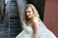 Junge schöne Blondine im Brautkleid lizenzfreie stockbilder