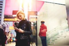 Junge schöne Blondine reist durch Arbeits, um Internet 4G im durchstreifenden Faszinieren durch Hong Kong zu fasten Lizenzfreies Stockfoto