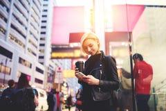 Junge schöne Blondine reist durch Teilzeitarbeiteindrücke über asiatische Stadt unter Verwendung des freien drahtlosen Internets Lizenzfreie Stockfotos