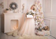 Junge schöne Blondine verzieren die Weihnachtsbaumspielwaren lizenzfreie stockfotos