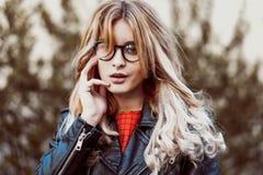 Junge schöne Blondineaufstellung im Freien Lizenzfreies Stockfoto