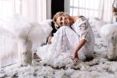Junge schöne Braut in boho Art und in den weißen Federn Stockfotos