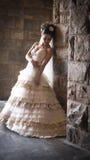 Junge schöne Braut, die an der Felsenwand sich lehnt stockfotos