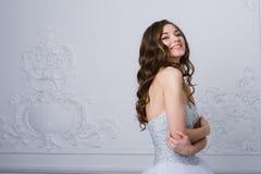 Junge schöne Braut, die im antiken dekorativen InnenDesign erfolgt mit Formteile steht Schönes Tanzen der jungen Frau der Paare Stockfotos