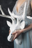 Junge schöne Braut im Hochzeitskleid, das im Studio aufwirft Lizenzfreies Stockfoto