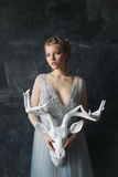 Junge schöne Braut im Hochzeitskleid, das im Studio aufwirft Lizenzfreie Stockfotografie