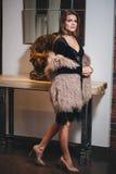 Junge schöne Brunettefrau in der schwarzen Kleideraufstellung lizenzfreie stockfotos