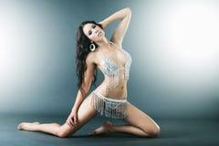 Junge schöne Brunettefrau, die reizvollen Bikini trägt Lizenzfreies Stockfoto