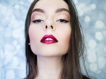 Junge schöne Brunettefrauen-Porträtnahaufnahme, helles Make-up Stockbilder