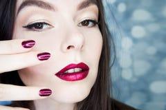 Junge schöne Brunettefrauen-Porträtnahaufnahme, helles Make-up und Maniküre Stockbilder