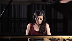 Junge schöne Dame, die das Klavier, werfend für die Kamera spielt auf stock video footage