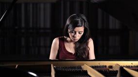 Junge schöne Dame, die das Klavier, werfend für die Kamera spielt auf stock footage