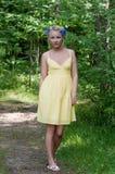Junge schöne Dame im gelben Kleid herein Stockfotografie