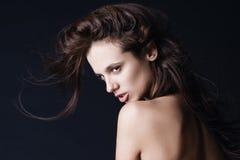Junge schöne Dame mit dem ausgezeichneten dunklen Haar Stockfotografie