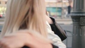 Junge schöne Damen, die Stadtstraße gehen stock video