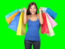 Junge schöne Einkaufenfrau während des Verkaufs, der viele bunten Einkaufenbeutel getrennt auf weißem Hintergrund im Studio anhäl lizenzfreie stockbilder