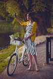 Junge schöne, elegant gekleidete Frau mit stockfotos