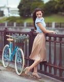 Junge schöne, elegant gekleidete Frau mit Fahrrad stockbilder