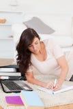 Junge schöne entspannende Frau lizenzfreie stockbilder