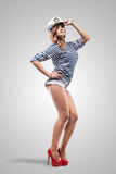 Junge schöne entzückende Frau in der Seespitzekappe und in abgestreifter Weste Lizenzfreies Stockfoto
