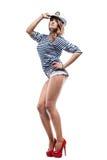 Junge schöne entzückende Frau in der Seespitzekappe und in abgestreifter Weste Lizenzfreies Stockbild